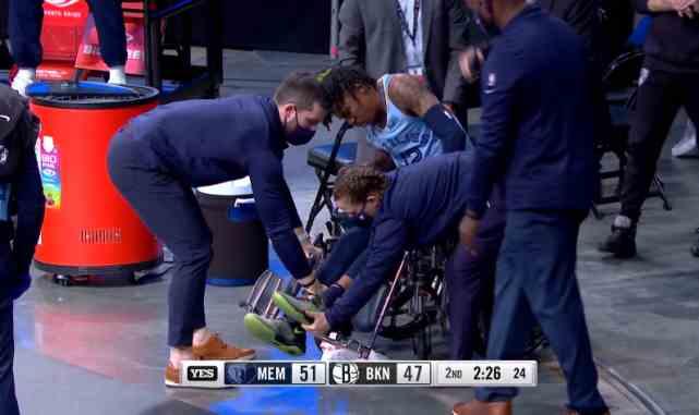 突发!莫兰特崴脚受伤,痛苦倒地打滚+被搀扶站起来,坐轮椅掩面离场