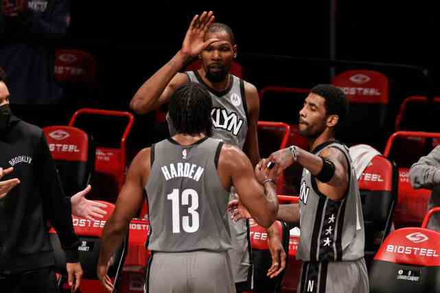 三巨打团队篮球一幕!欧文让球权为哈登挡拆:主动牺牲成就大胡子爆发