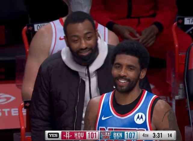 火箭被逆转,沃尔却面带笑容找欧文聊天,篮网巨星似乎有点不耐烦