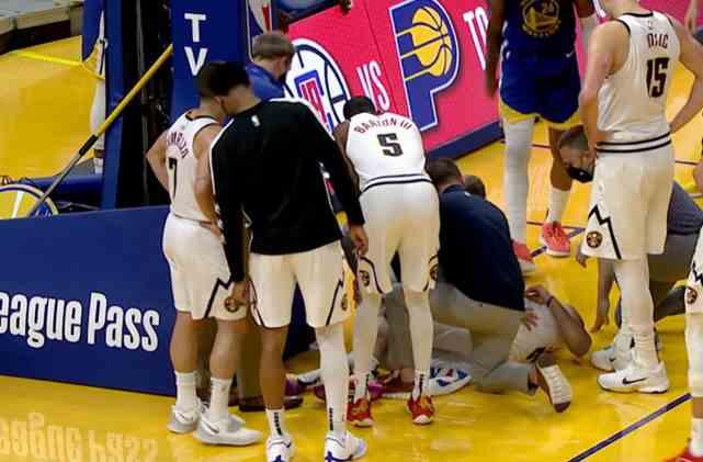 无对抗膝盖重伤!穆雷痛苦倒地伤退+被架出场 众球员刷屏祈祷