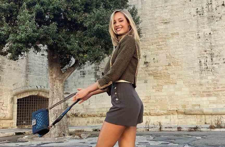 静待佩莱回来!瓦尔加笑容满脸 性感包臀超短裙秀绝美曲线