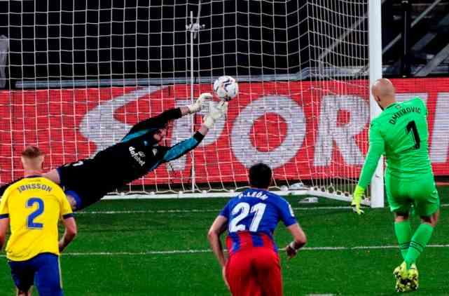 0-1!10场不胜!西甲保级队轰然倒下,门将失点,创17年尴尬纪录