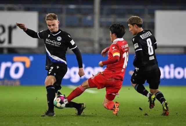 德甲联赛倒数第二,2:1掀翻欧冠亚军,日本两球员太牛了