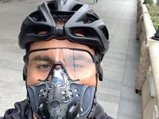 卡纳瓦罗全副武装外出在广州街头骑车锻炼