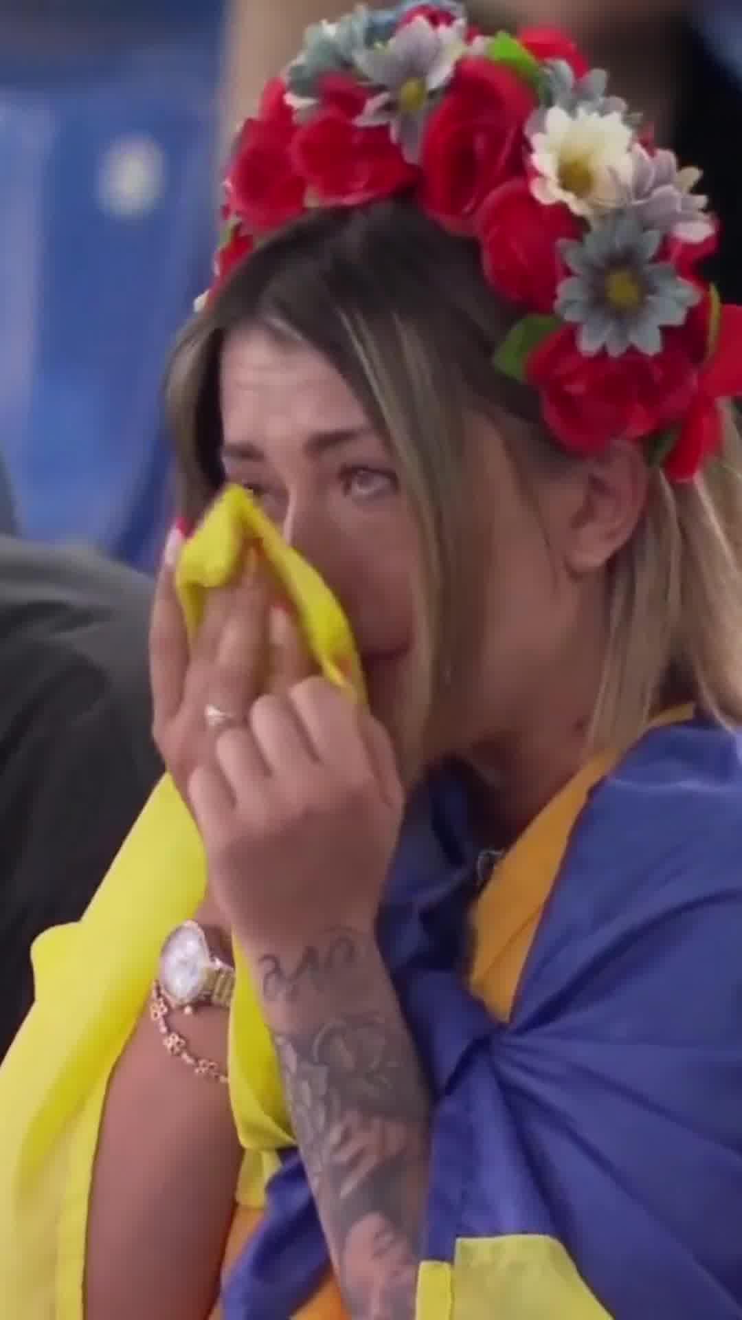 心疼!乌克兰3球落后 看台美女球迷痛哭