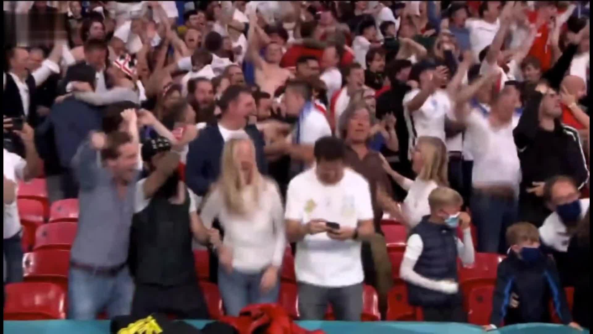 卢克肖破门 可把看台英格兰美女球迷高兴坏了