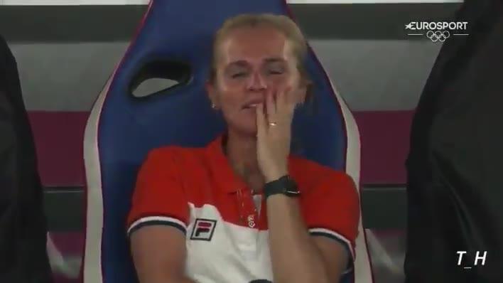 8-2!荷兰女足主帅忍不住捂嘴笑
