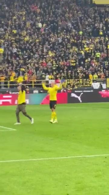 赛后哈兰德和闯入的球迷一起庆祝赢球
